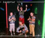 Компания мальчишек — лазертаг