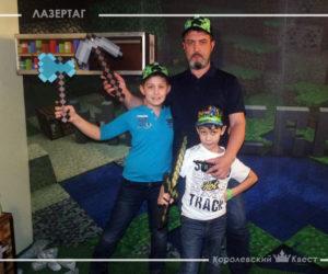 Отец и сыновья на квесте Майнкрафт